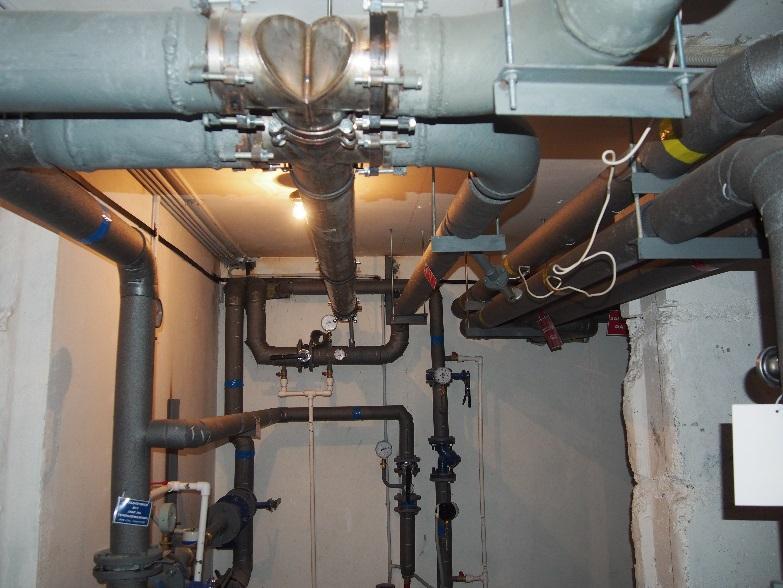 Из-за стесненных условий в подвале размещен под лестницей теплообменник размещен под потолком